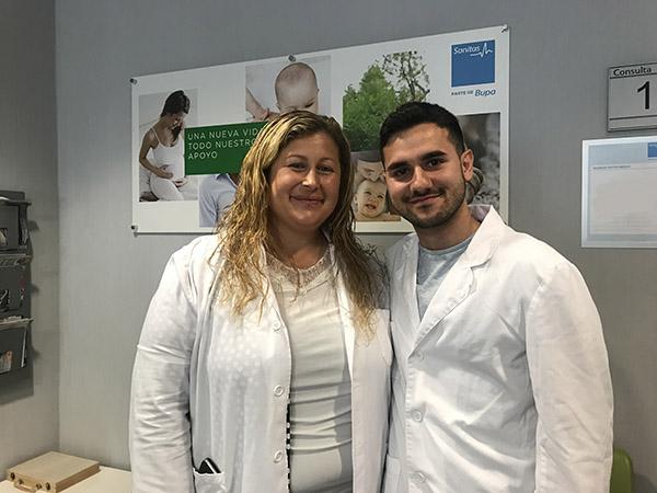 Álvaro junto a su tutora Rosa en la Clinica Milenium