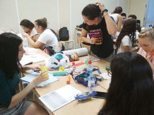 Alumnos CFGS Higiene Bucodental realizando maqueta de célula