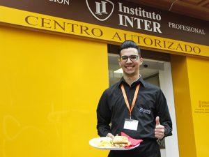 Alumno Instituto INTER del certificado de Bar y Cafetería delante de las instalaciones