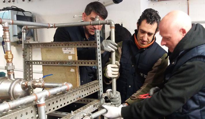Alumnos de INTER en prácticas de fontanería