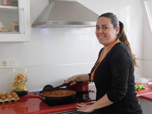 Alumna Instituto INTER del certificado de Operaciones Básicas de Cocina durante una clase práctica