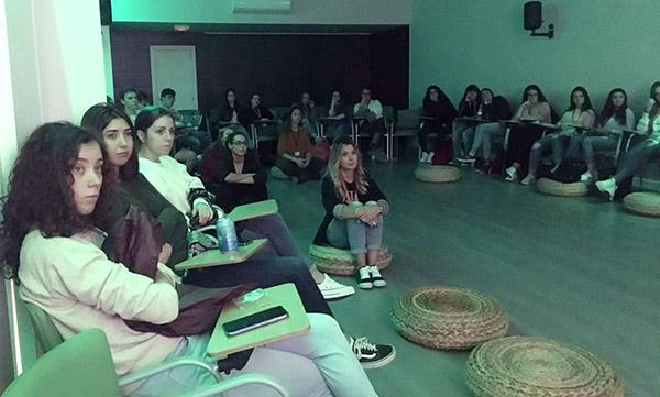 Alumnos de Educación infantil durante la conferencia sobre pedagogía Pikler