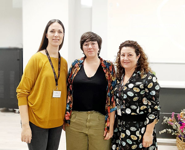 Verónica Picó y Marisa Cabrelles, profesoras de Instituto INTER, junto a Romina Pérez