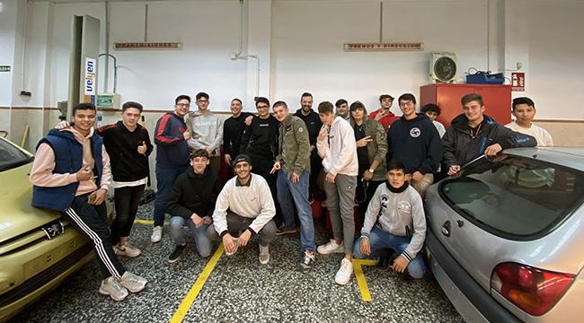 Alumnos del CFGM Mecánica de INTER en taller