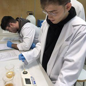 Alumnos de Dietética Instituto INTER realizando prácticas en laboratorio