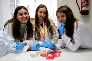 Alumnos INTER del Ciclo Dietética realizan prácticas en el laboratorio.