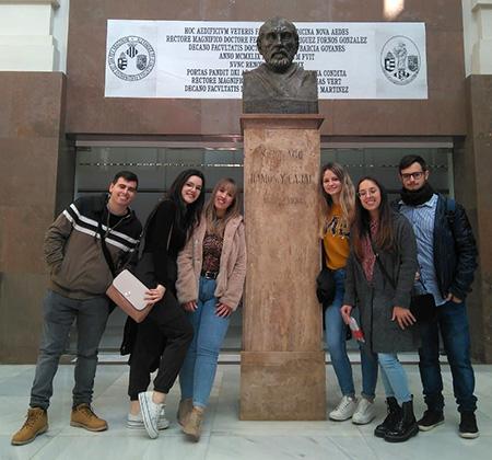 Alumnos INTER junto al busto de D.Ramón y Cajal
