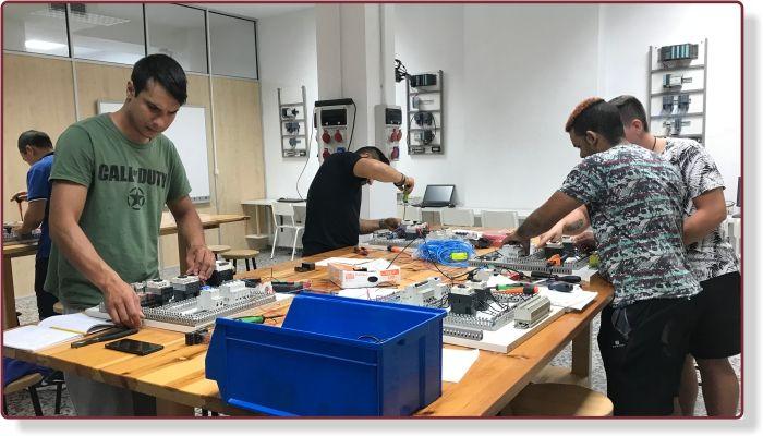 Alumnos de electricidad de Instituto INTER