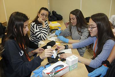 Alumnas CFGM Auxiliar de Enfermería realizando prácticas en aula