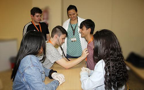 Alumnos CFGM Auxiliar de Enfermería realizando prácticas en aula