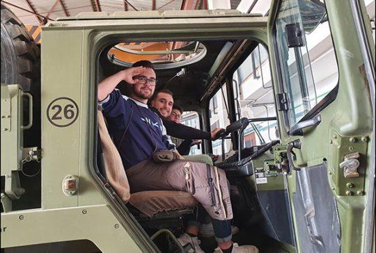 Alumnos Instituto INTER de Automoción visita base militar_4