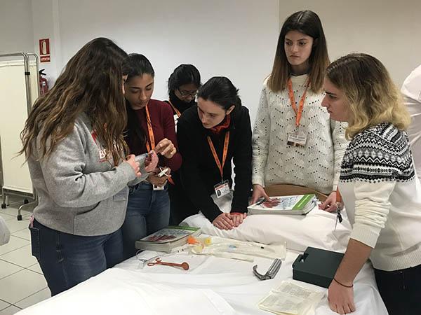 Alumnos INTER TCAE realizando prácticas en aula/taller