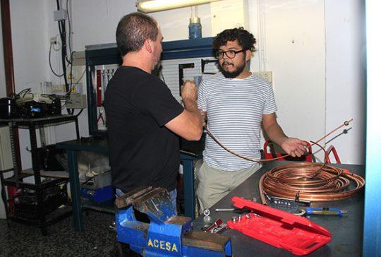 Alumnos INTER en taller frigorista