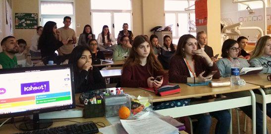 Alumnos de Bucodental repasando para examen con la gamificación