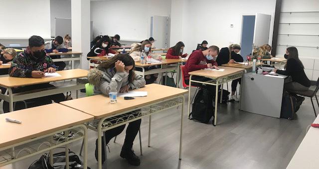 Alumnos de INTER realizando exámenes