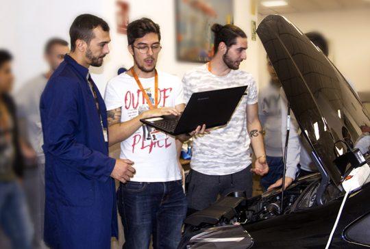 Alumnos INTER en clase de Electrónica del Automóvil