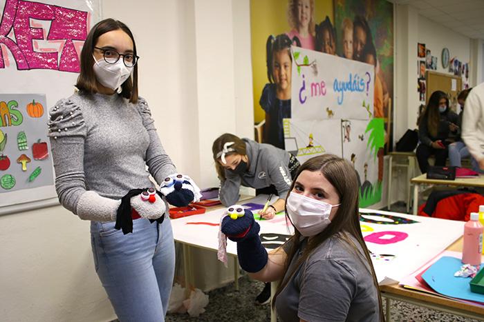 Alumnos del CFGS Educación Infantil en aula taller preparando actividades infantiles..